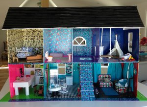 http://www.favequilts.com/master_images/FaveCrafts/Funky-DIY-Doll-House-from-Duct-Tape.jpg
