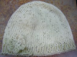 http://www.favequilts.com/master_images/FaveCrafts/Isis-Knit-Hat-and-Flower-Pattern.jpg