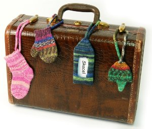 http://www.favequilts.com/master_images/Knitting/Knitted-Luggage-Tags.jpg